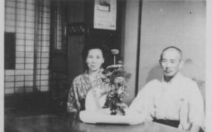 両親。長野県坂城町の実家で(1956年ごろ)