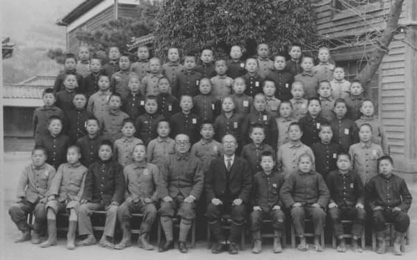小学校6年生のとき(前列右端)