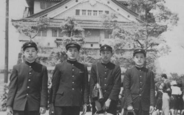 高校3年の修学旅行で大阪城へ(右から2人目)