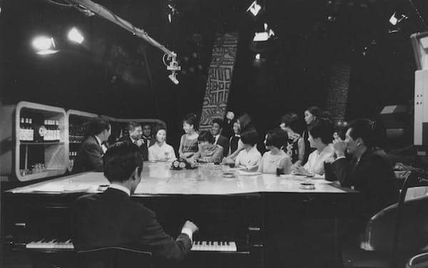 テレビ番組のスポンサーとなりスタジオで打ち合わせ(後列左から2人目)
