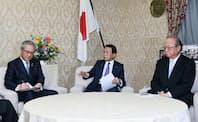 麻生財務相(中)と会談する日本政策金融公庫の田中一穂総裁(右)。左は全国銀行協会の高島会長(3月16日、財務省)
