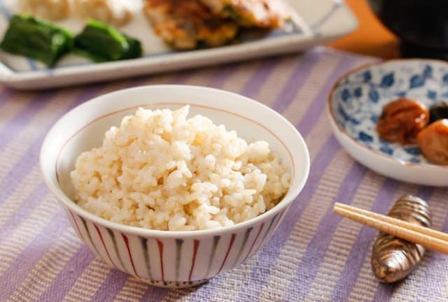 玄米ご飯など食物繊維が多い食事が腸内環境を整えるとの期待が高まっている(写真はイメージ=PIXTA)