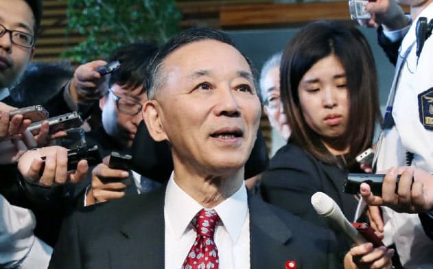 2018年10月、首相官邸で記者団の質問に答える谷垣禎一・前自民党総裁