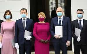 東欧諸国では外出時のマスク着用が義務づけられている。スロバキアでは新政権が誕生し、就任式典の際に閣僚全員がマスクを着用した(3月21日、ブラチスラバ)=ロイター