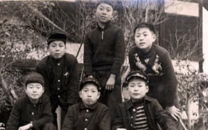 小学校6年生の時、津川雅彦君(右奥)らと(右手前が筆者)