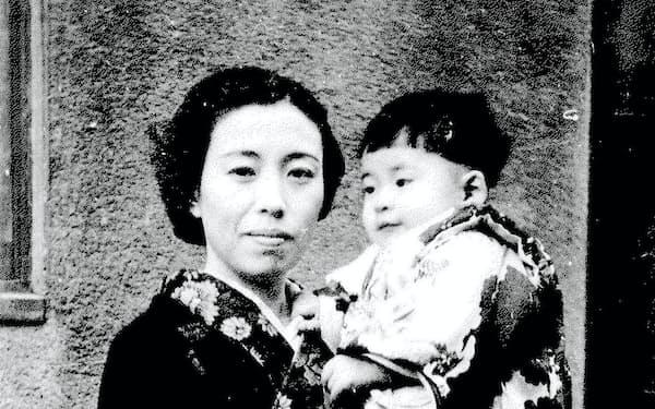 母の元子と。筆者1歳の頃