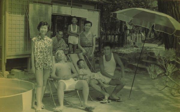 毎年家族で海水浴に出かけた(前列右が筆者)