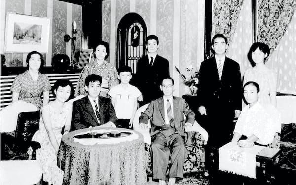 大学生の頃、家族と(後列中央が筆者)