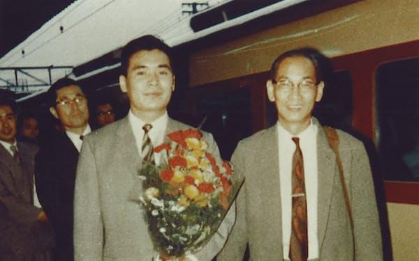 京都駅で米国への出発を見送る父一真(右)と筆者