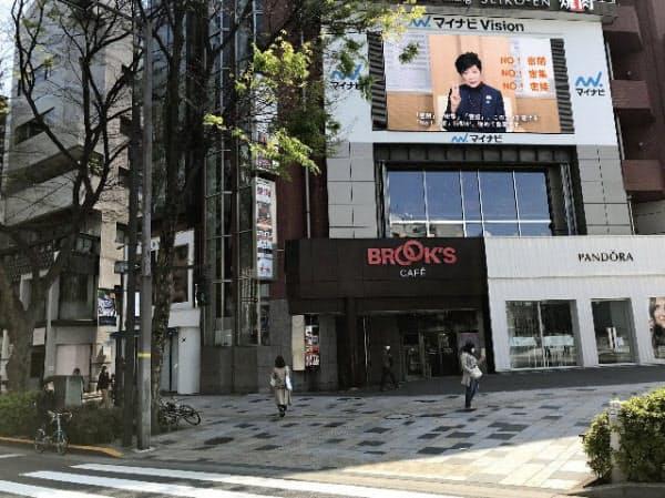 小池都知事が感染症予防を訴える映像が流れた(東京・原宿)