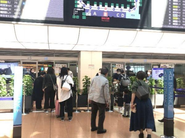 飛行機の保安検査場に向かう乗客ら(羽田空港)