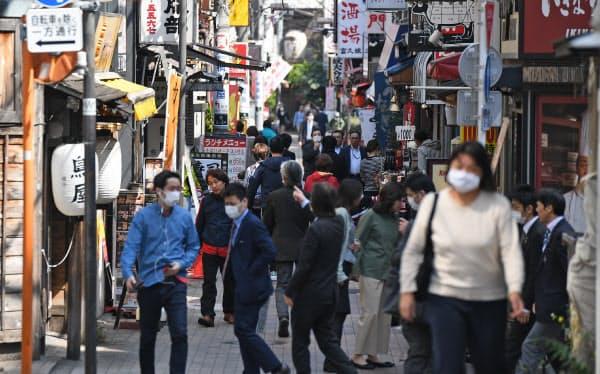 昼食時ににぎわう商店街(8日午後、東京都港区)=野岡香里那撮影