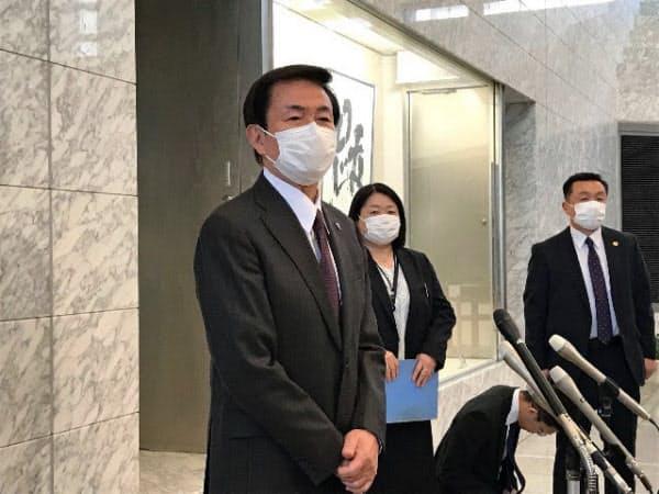 報道陣の質問に答える千葉県の森田健作知事(県庁)