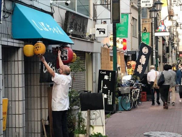 JR蒲田駅近くの飲み屋街は多くが休業したが、のれんを掲げる店も(東京都大田区)