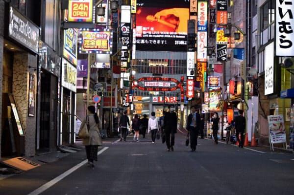ともるネオンとは対照的に、人の姿は少ない(東京・歌舞伎町)