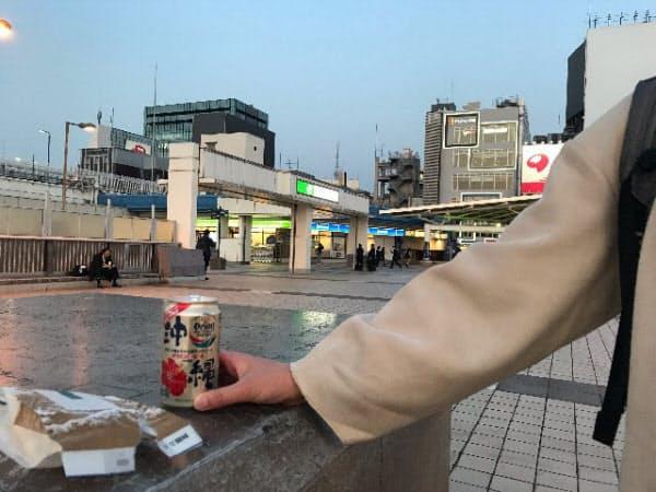 密集を避け、夜空の下で缶ビール(東京・上野)