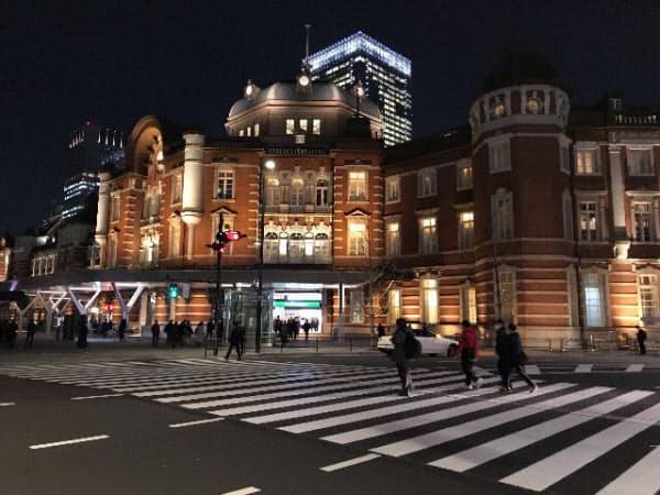 仕事を終え、駅に向かう人も普段よりは少なかった(東京駅前)