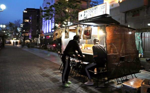 人通りが少なく、休業する店舗の空き地が目立つ中洲の屋台街。19店舗中5店舗のみが営業していた(8日夜、福岡市)=沢井慎也撮影
