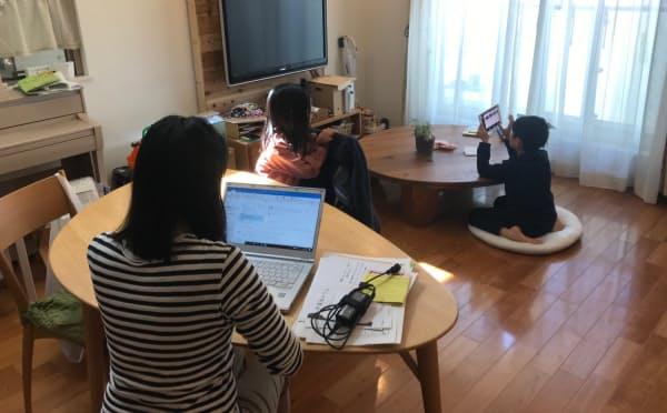 保育園などの利用自粛に伴い、子供がいる家で仕事をする親が増えている(10日、東京都台東区)