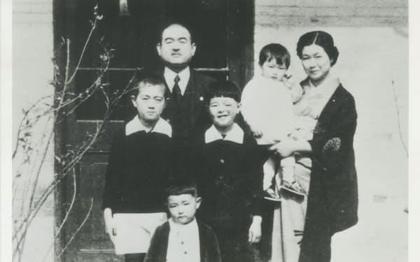北京の家の中庭で家族と(一番下が筆者)