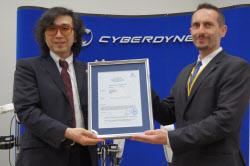 サイバーダインの山海氏(左)とドイツ認証機関日本支社の技術担当者