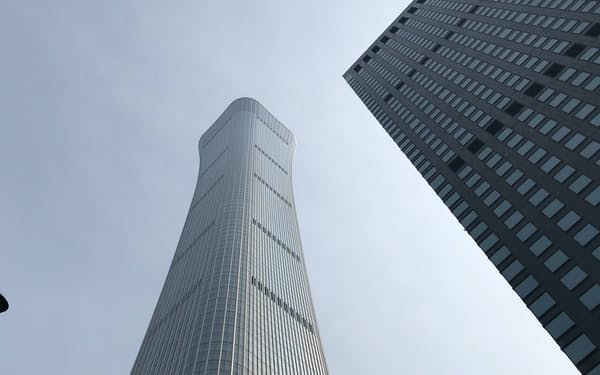 北京のビジネス街にそびえ立つ完成間近の「北京中信大厦」