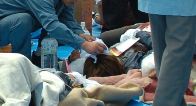 事故現場ではトリアージが行われ、治療の優先順位を示すタグが負傷者らにつけられた(2005年4月25日、兵庫県尼崎市)