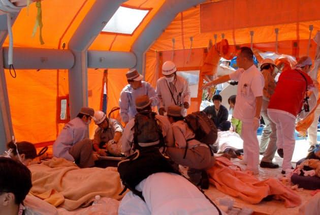 事故現場に設置された応急救護所には大勢の負傷者が運び込まれた(2005年4月25日、兵庫県尼崎市)