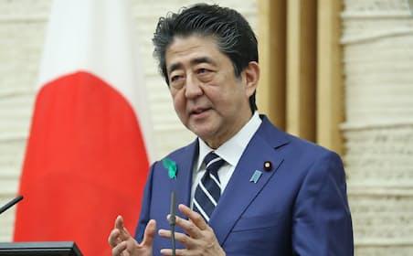 緊急事態宣言の対象を全国拡大を表明した安倍首相(17日、首相官邸)