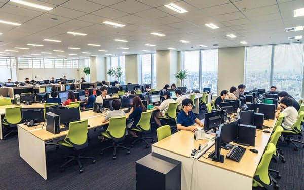 24時間365日体制で、ネット上の投稿監視に当たるイー・ガーディアンのオフィス