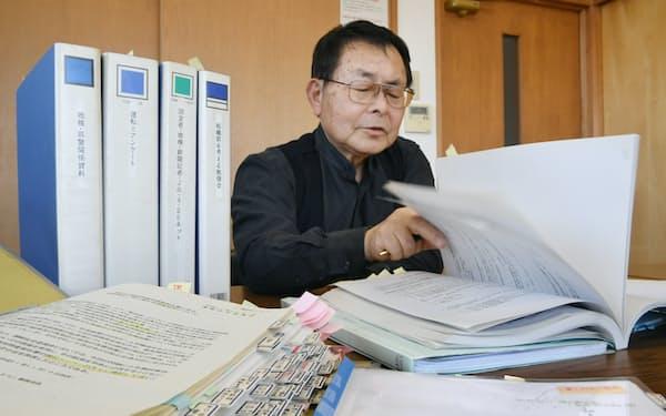 資料を前に「組織罰」の導入への思いを語る大森重美さん(10日、神戸市)