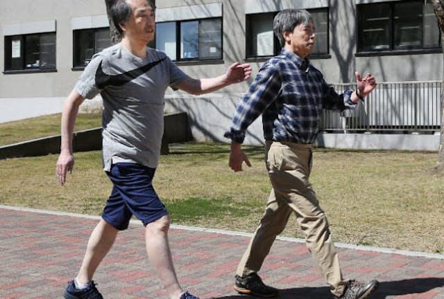 信州大の能勢特任教授(右)の指導でインターバル速歩に挑戦した(長野県松本市)=三浦秀行撮影