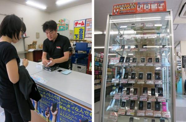 [左]写真1 ブックオフの店頭で実施している、携帯電話とスマートフォンの買い取りキャンペーンの様子 [右]写真2 古本と並んで、中古の携帯電話やスマートフォンが店舗で売られている