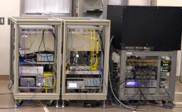 実験に使った可搬型の光格子時計(東京大学提供)