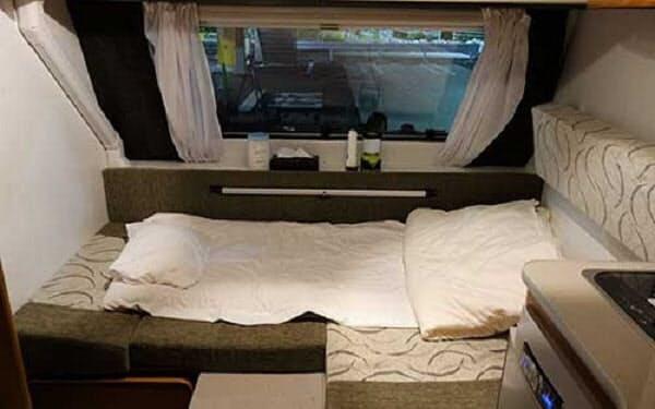 キャンピングカーを過酷な環境で働き続ける医療従事者の休憩スペースに活用