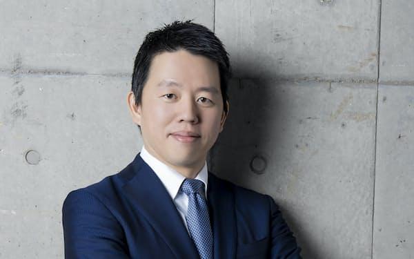 1979年長崎県生まれ。東京大学卒業。大手証券会社を経て、2004年、父・高田明氏が経営するジャパネットたかたの社長室長に着任。コールセンターや物流センターの責任者を務めた。12年7月から副社長。15年1月、ジャパネットホールディングス社長に就任