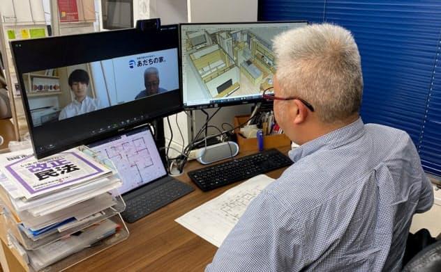 足立建築の足立操代表がビデオ会議で打ち合わせしている様子。3次元モデル作成ソフト「スケッチアップ」で作図した様々な角度からのパースを、Zoomの画面共有機能を使って顧客に見せている(写真:足立建築)