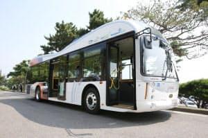 100キロワット時の蓄電池を搭載するバスで実験。実用化段階では容量を半分以下にできるという(韓国・亀尾市)