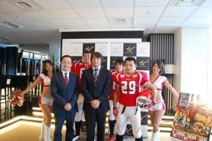 写真 記者会見するBULL関係者ら。前列左からJGの佐藤社長、BULLの宮内監督、樋口キャプテン