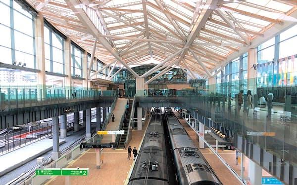 「高輪ゲートウェイ」駅の屋根部分には熱の反射率が高い材料を採用して、日射による内部の温度上昇を抑制。同材料の光の透過性も利用し、日中の照明電力量の削減にもつなげた