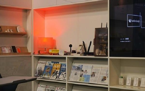会議室内の二酸化炭素(CO2)濃度の変化をセンサーが察知し、設置している照明器具の光の色を変化させて換気を促す「CO2アラートネオン」