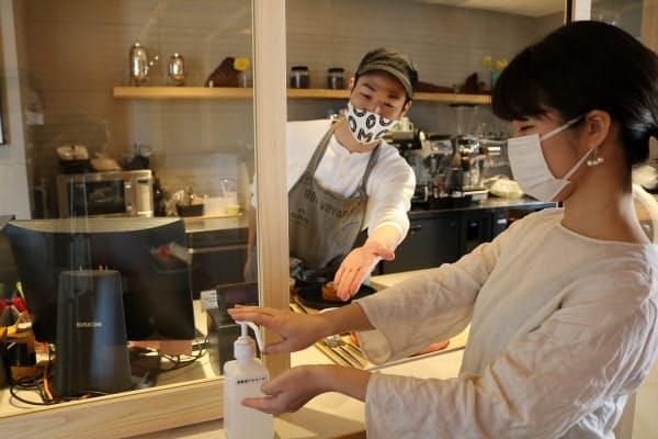 星野リゾートのカフェでは商品提供前にアルコール消毒を徹底する
