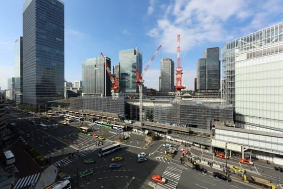 東京駅八重洲口に大屋根「グランルーフ」を架ける。2013年2月時点の状況で、このときは横一杯に工事用の足場が組まれ、タワークレーンも建っていた。2013年2月5日撮影(写真:勝田尚哉、以下同じ)