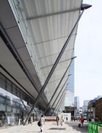 大屋根は美しい構造だ。工事エリアの段階的な縮小、解放が進んでいる