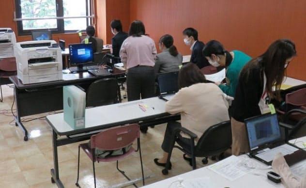 品川区役所でのオンライン申請の確認作業