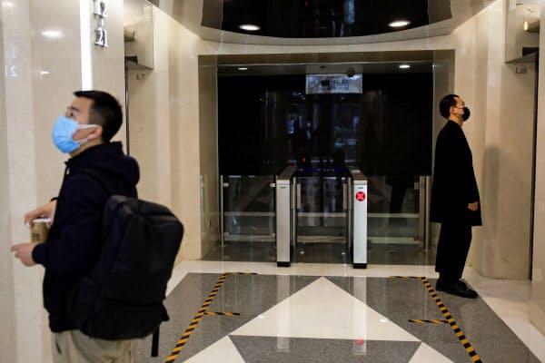 エレベーターの利用は1人が基本とする製薬企業も(写真は中国)=ロイター