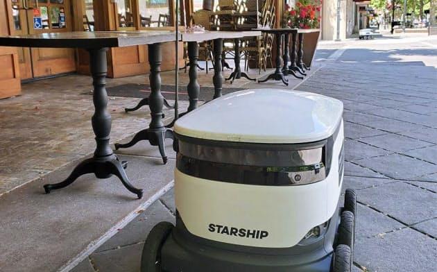 マウンテンビュー市中心部のダウンタウンを配送ロボットが行き来する