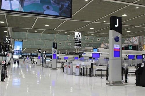 需要減に伴う減便が相次ぎ、成田空港は人もまばらだ(6月3日)