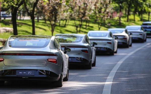 中国・小鵬汽車の新型電気自動車(EV)セダン「P7」。「レベル3」をうたう自動運転機能を搭載する。写真は試験走行の様子(出所:小鵬汽車)
