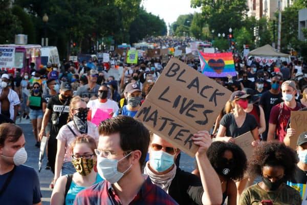黒人暴行死事件の抗議デモには多くの白人も参加している(6月6日、米首都ワシントン)=ロイター
